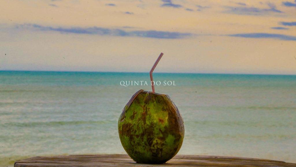 Água de coco na praia de Porto Seguro