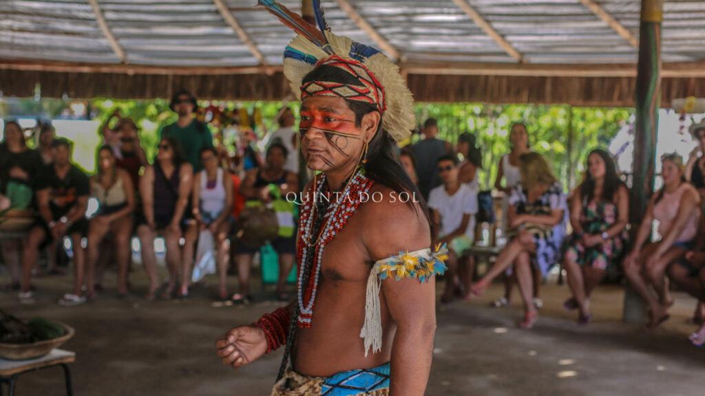 indígena em coroa vermelha