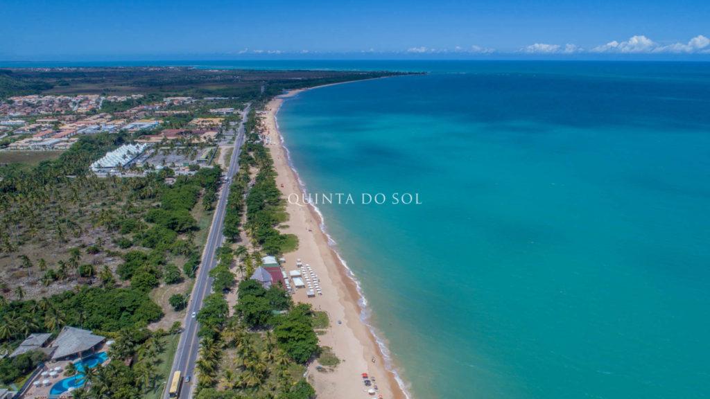 Praia de Taperapuan em manhã ensolarada