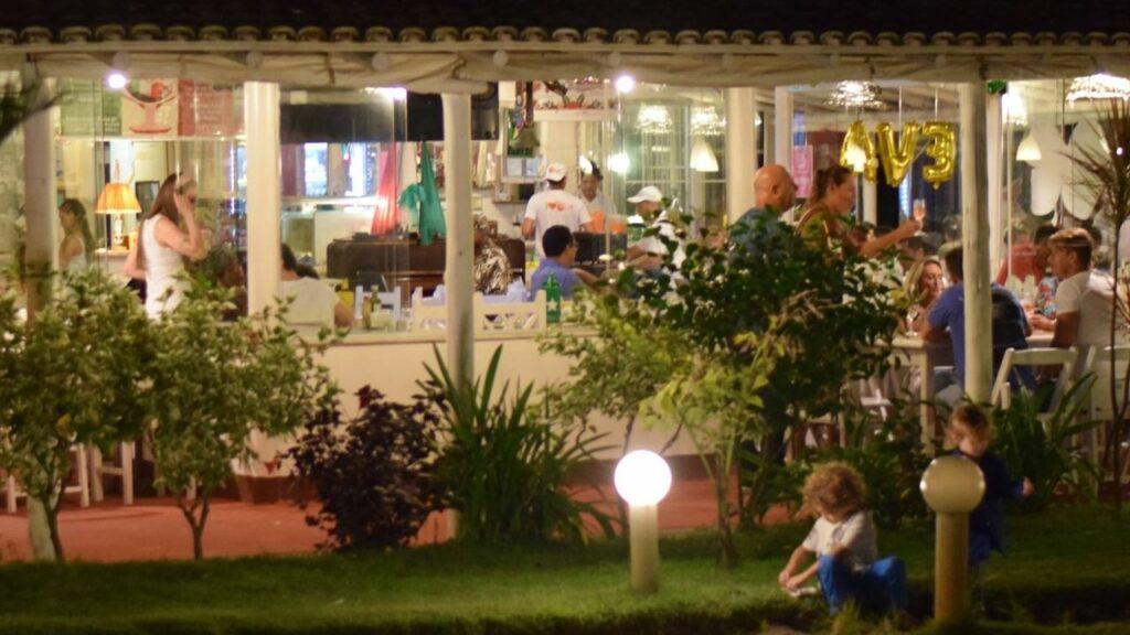 Noite no restaurante Recanto do Sossego em Porto Seguro.