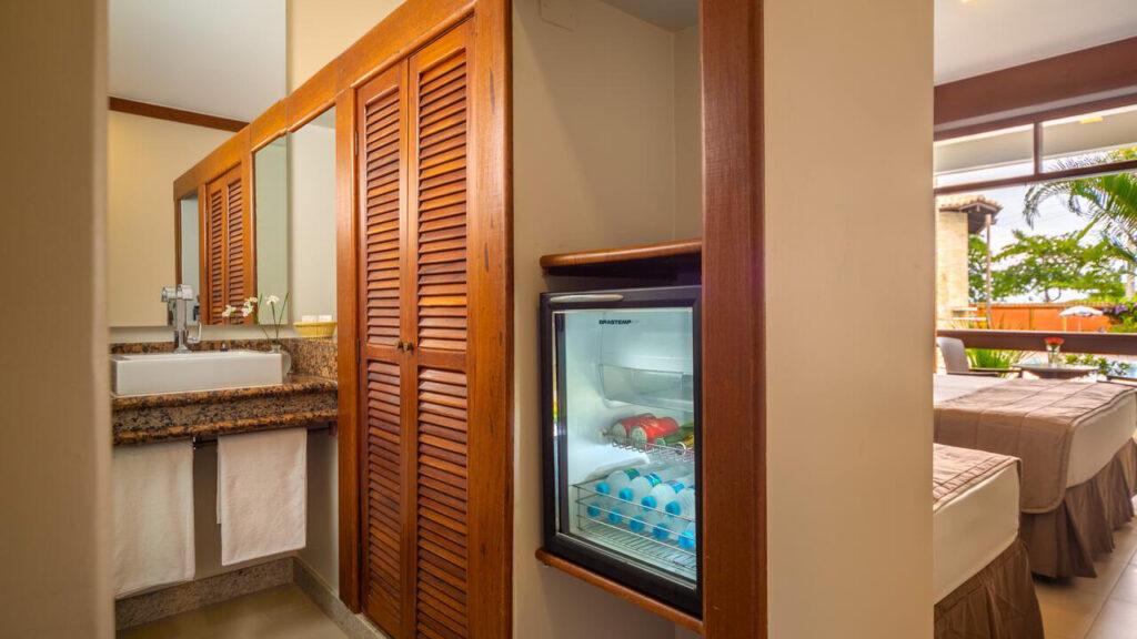 Quinta do Sol Praia Hotel quarto com frigobar